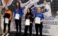 """Medalistki Młodzieżowych Mistrzostw Polski w Taekwondo Olimpijskim Mistrzostwa Polski Juniorów w Taekwondo Olimpijskim w kategorii do 49 kg. Karolina Barszczewska, brązowa medalistka, zawodniczka LUKS """"HIDORI"""" Olecko, pierwsza z prawej strony."""