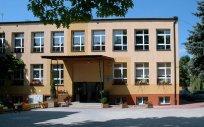 Otoczony zielenią budynek Szkoły Podstawowej nr 1 w Olecku