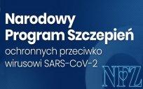 Biały napis na niebieskim tle: Narodowy Program Szczepień ochronnych przeciwko wirusowi SARS-CoV-2. Na dole po prawej stronie logo Narodowego Funduszu Zdrowia.