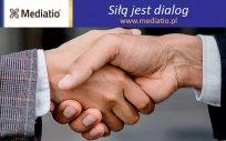 Uścisk dłoni z napisem: siłą jest dialog, www.mediatio.pl