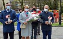 Złożenie kwiatów i zniczy przy Pomniku Wdzięczności przez delegację Powiatu Oleckiego