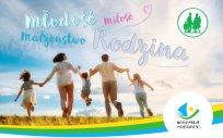Plakat Warmińsko-Mazurskich Dni Rodziny 2021 przedstawiający kobietę z mężczyzną i trójką dzieci, napis: młodość – miłość – małżeństwo – rodzina i  logo Warmia i Mazury