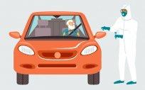 Kierowca w aucie oczekuje na szczepienie w punkcie DRIVE THRU