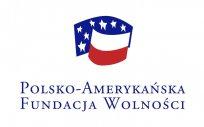 Logotyp Polsko-Amerykańskiej Fundacji Wolności: dwie flagi Polski i USA z napisem POLSKO-AMERYKAŃSKA FUNDACJA WOLNOŚCI