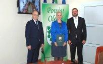 Od lewej Wicestarosta Olecki, Dyrektor Ośrodka Szkolno-Wychowawczego dla Dzieci Głuchych, Przewodniczący Rady Powiatu
