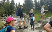 Uczestnicy obozu sportowego podczas wędrówki górskiej w Tatrach