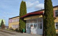 """Zdjęcie budynku Domu Pomocy Społecznej """"Zacisze"""" w Kowalach Oleckich; do budynku wchodzi Pani Dyrektor"""